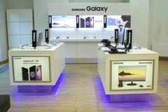 Минск, Беларусь, 7-ое мая 2018: Галактика Samsung витрины с заклеймленным магазином Стоковые Фото