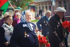 Неопознанные ветераны во время торжества дня победы. МИНУТА стоковое изображение rf