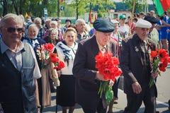 Неопознанные ветераны во время торжества дня победы. МИНУТА стоковые фотографии rf
