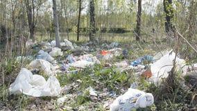 Минск, Беларусь - 1-ое мая 2019: Проблема отхода пластмасс загрязнения окружающей среды видеоматериал