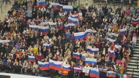 Минск, Беларусь - 26-ое января 2019: Вентиляторы развевая русские флаги в стойках Европейский чемпионат фигурного катания сток-видео
