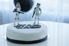 МИНСК, Беларусь, 18-ое января: Домодельный торт сделанный Nataliya Petrovich в честь ее дня рождения сына Именниный пирог для Стоковые Изображения RF