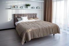 МИНСК, БЕЛАРУСЬ - январь 2019: Интерьер современной спальни в квартире просторной квартиры в стиле светлого цвета дорогих квартир стоковое фото