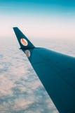 Минск, Беларусь Взгляд от окна на крыле воздушных судн с логотипом Belavia Стоковые Фото