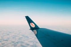 Минск, Беларусь Взгляд от окна на крыле воздушных судн с логотипом Belavia Стоковое Изображение
