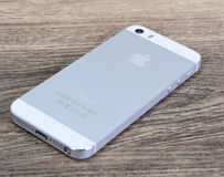 Минск, Беларусь - 16-ое апреля 2016: IPhone 5 Яблока, 5S Белое versi Стоковое Изображение