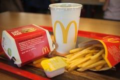 Минск, Беларусь, 18-ое мая 2017: Большое меню гамбургера Mac с соусом мустарда в ресторане ` s McDonald Стоковые Фотографии RF