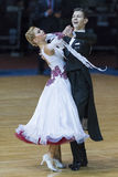 Минск, Беларусь 18-ое февраля 2017: Неопознанные пары танца выполняют программу молодости стандартную европейскую Стоковое Фото