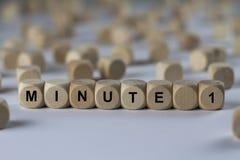 Минута 1 - куб с письмами, знак с деревянными кубами стоковая фотография rf