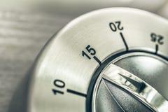 15 минут - квартальный час - макрос сетноого-аналогов таймера кухни хрома на деревянном столе Стоковое Фото