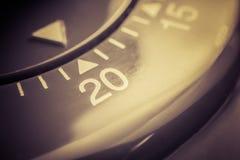 20 минут - макрос плоского красного таймера яичка кухни в Sepia Стоковые Изображения RF