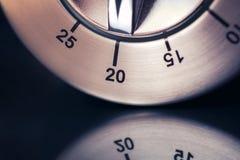 20 минут - макрос сетноого-аналогов таймера кухни хрома с темными предпосылкой и отражением Стоковые Фото