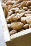 миндалины кладут заполненное деревянное в коробку Стоковое фото RF