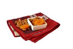 Миндалины и высушенные абрикосы на красном полотенце Стоковое Изображение RF