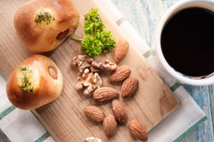 Миндалины и грецкие орехи на деревянной предпосылке Селективный фокус Стоковая Фотография RF