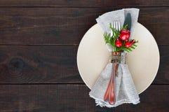 миражирует оборачивать таблицы украшения рождества Плита рождественского ужина, столовый прибор украсила праздничные украшения Стоковая Фотография RF