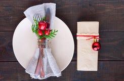 миражирует оборачивать таблицы украшения рождества Плита рождественского ужина, столовый прибор украсила праздничные украшения Стоковая Фотография