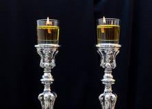 миражирует shabbat Серебряные подсвечники с оливковым маслом Стоковые Изображения