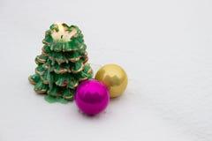Миражируйте и 2 украшения рождества в снеге Стоковое Изображение RF