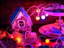Миражируйте светлую таблицу с печеньями дома пряника рождества Стоковые Изображения RF