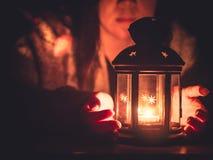 Миражируйте светлый и черный фонарик с мягкой предпосылкой girl2 фокуса Стоковые Фотографии RF