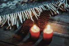 миражируйте свет зимы обруча таблицы предпосылки конусов ели конца-вверх пламени красного цвета деревянным текстурированный украш Стоковая Фотография RF
