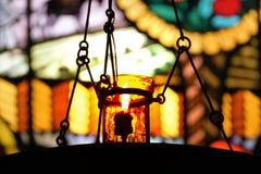 Миражируйте свет против витража в церков во время религиозного торжества Стоковое фото RF