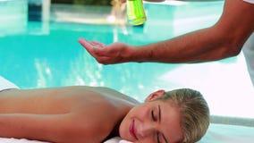 Мирная блондинка получая poolside массажа видеоматериал