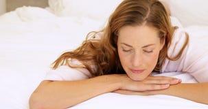 Мирная женщина лежа в кровати усмехаясь вверх на камере акции видеоматериалы