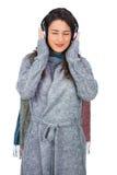 Мирная модельная нося зима одевает слушать к музыке Стоковые Фотографии RF