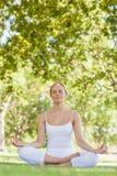 Мирная привлекательная женщина размышляя в парке Стоковая Фотография