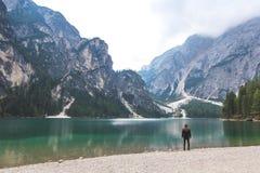 Мирная сцена озера на Lago di Braies Стоковое Изображение