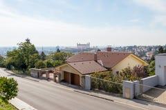Мирная улица в Братиславе на замке Братиславы предпосылки стоковая фотография