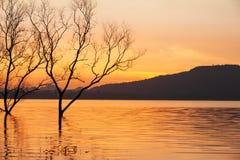 Мирное время захода солнца, красивое небо захода солнца, сумерки отражая в озере, нежно волна пульсации Предпосылки горы сказово стоковые изображения