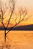 Мирное время захода солнца, красивое небо захода солнца, сумерки отражая в озере, нежно волна пульсации Предпосылки горы сказово стоковое изображение rf