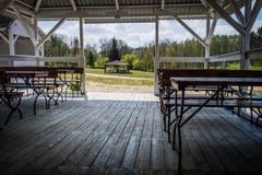 Мирное место, газебо над красивым чистым озером Seaso весны Стоковые Изображения RF