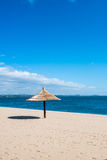 Мирное укрытие солнца пляжного комплекса Стоковое Изображение RF