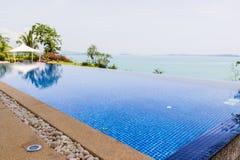 Мирный бассейн с видом на море Стоковые Изображения RF