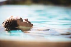 Мирный белокурый плавать в бассейн Стоковая Фотография