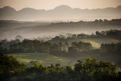 Мирный взгляд долины Vinales на восходе солнца Вид с воздуха долины Vinales в Кубе Сумерк и туман утра Туман на зоре в th Стоковая Фотография