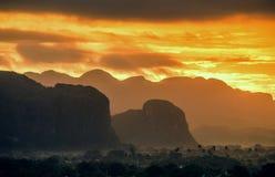 Мирный взгляд долины Vinales на восходе солнца Вид с воздуха долины Vinales в Кубе Сумерк и туман утра Туман на зоре в th Стоковые Фото