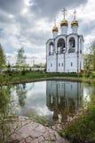 Мирный и тихий взгляд колокольни, отраженный в озере Стоковые Фотографии RF