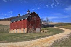 Мирный красный амбар в сельской местности Айове, США Стоковые Фотографии RF