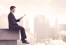 Мирный парень продаж сидя на верхней части крыши Стоковая Фотография RF