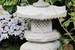 Мирный сад утеса Дзэн с заводом папируса стоковое фото rf