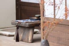 Мирный сад утеса Дзэн с заводом папируса стоковое фото