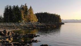Мирный скалистый пляж на заходе солнца в Аляске акции видеоматериалы