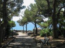 Мирный, тенистый парк морем в Bordighera, Италии Стоковая Фотография RF