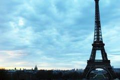 Мир большинств известная Эйфелева башня ориентир ориентира в Париже Франции во время восхода солнца отсутствие людей в изображени Стоковое фото RF