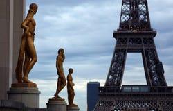 Мир большинств известная Эйфелева башня ориентир ориентира в Париже Франции во время восхода солнца отсутствие людей в изображени Стоковое Изображение RF